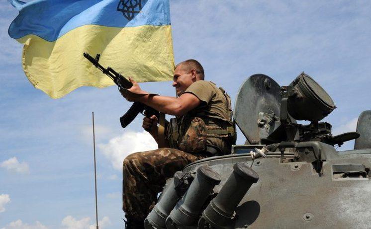 Soldat ucrainean stă pe un vehicul blindat la 20 km sud de Doneţk, 10 iulie 2014.