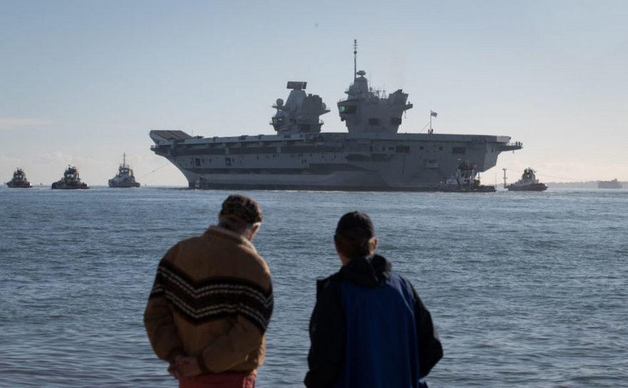 Portavionul britanic HMS Queen Elizabeth pleacă din portul Portsmouth pentru teste pe mare.
