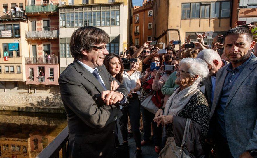 Carles Puigdemont şi soţia sa discută cu localnicii în Girona,  Catalonia, 28 octombrie 2017.