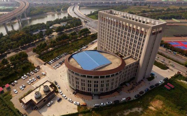 """""""Un vas de toaletă imens cu rezervor"""" – Clădirea Facultăţii pentru Managementul Apei şi Energie din Zhengzhou, China."""