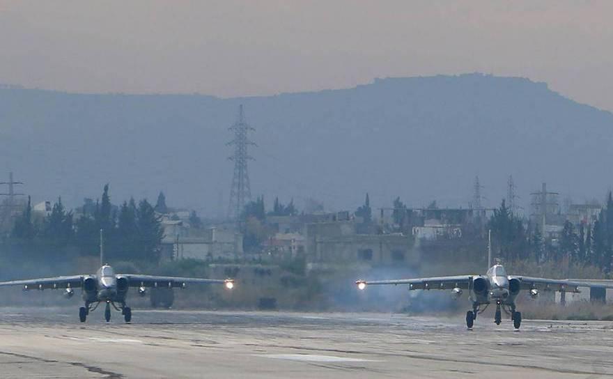 Doua bombardiere ruseşti Suhoi Su-25 la baza aeriană Hmeimim din provincia Latakia, nord-vestul Siriei.
