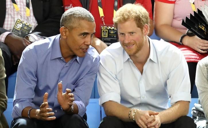 Fostul preşedinte american Barack Obama discută cu prinţul Harry al Marii Britanii în ziua a 7-a a Jocurilor Invictus din Toronto, Canada, 29 septembrie 2017.