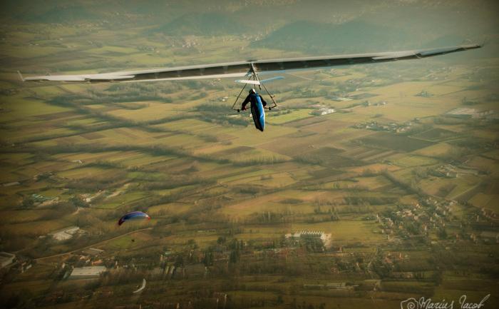 In zbor cu deltaplanul.