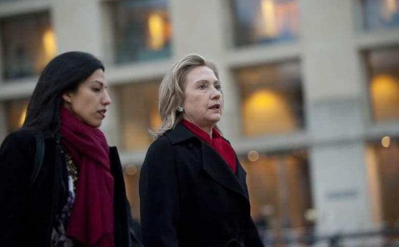 Huma Abedin (st) şi fostul secretar de stat american Hillary Clinton.