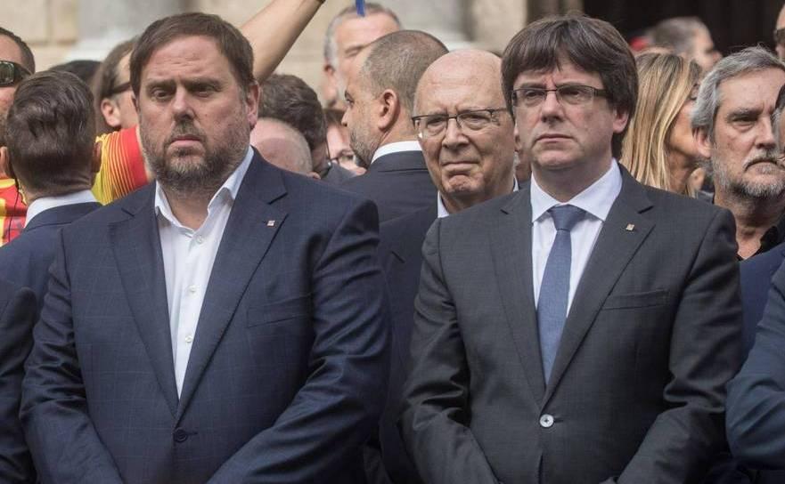 Fostul vicepreşedinte catalan Oriol Junqueras (st) stă alături de fostul preşedinte Carles Puigdemont în Barcelona, Catalonia.