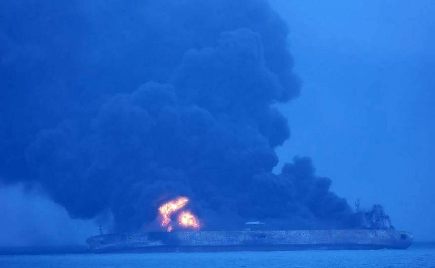 Petrolierul Sanchi arzând după coliziune cu o navă de mărfuri