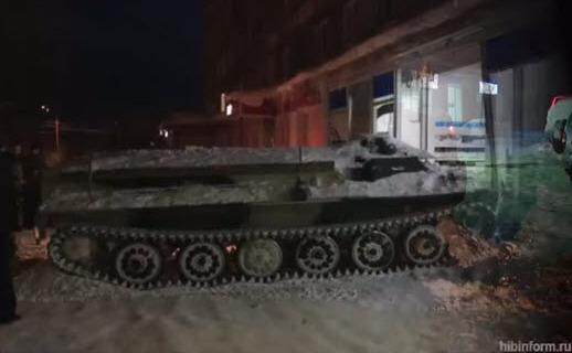 Rus setos încearcă să ia vin dintr-un magazin închis cu ajutorul unui transportor blindat