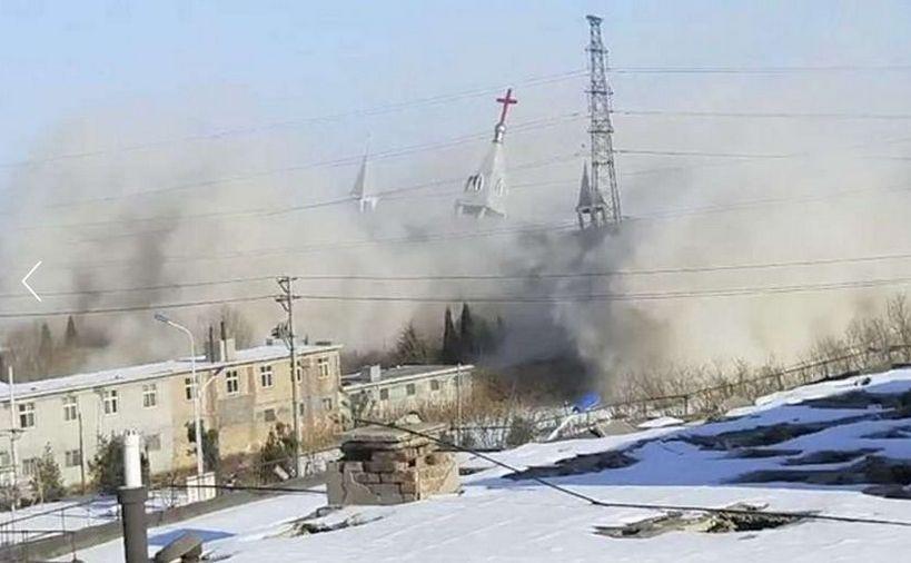 Biserica Sfeşnicul Auriu din oraşul Linfen, provincia chineză Shanxi, este distrusă de autorităţile comuniste în 9 ianuarie 2018.