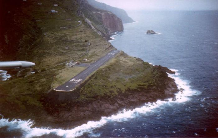 """Aeroportul """"Juancho E. Yrausquin"""" de pe insula Saba, Caraibe"""
