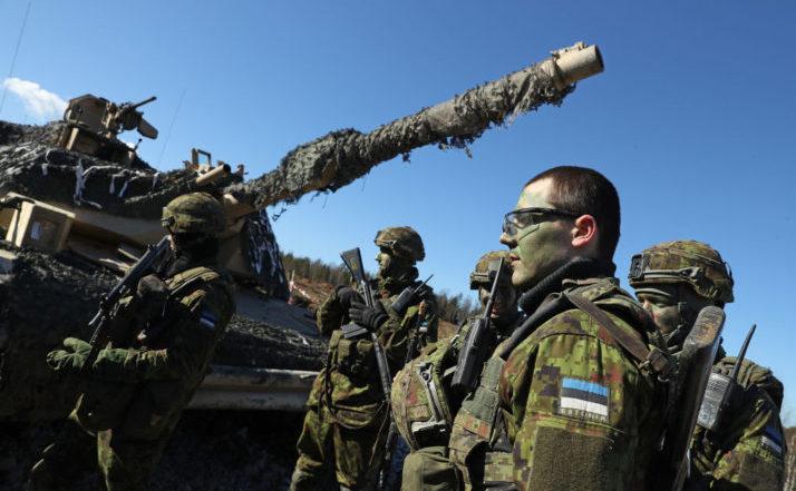 Soldaţi estonieni stau lângâ un tanc american M1 Abrams după un exerciţiu militar comun în apropiere de Tapa, Estonia.