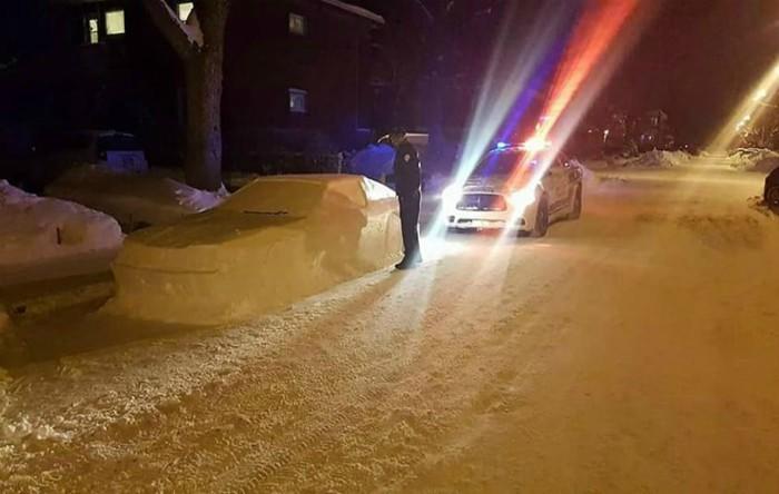 Maşină din zăpadă