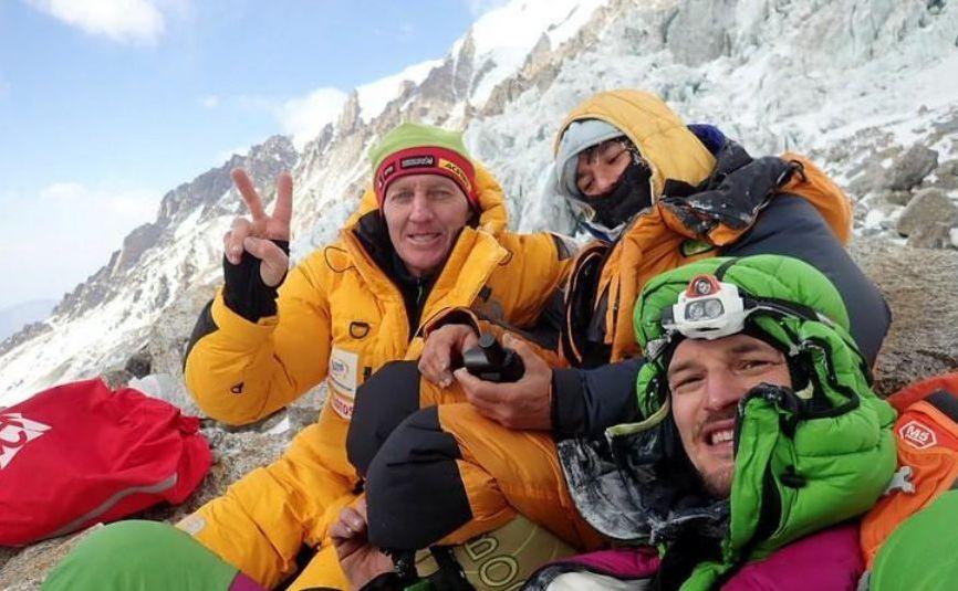Alpinistul rus Denis Urubko, alpinista franceză Elisabeth Revol şi alpinistul polonez Adam Bielecki la baza muntelui Nanga Parbat,  Pakistan, 28 ianuarie 2018.