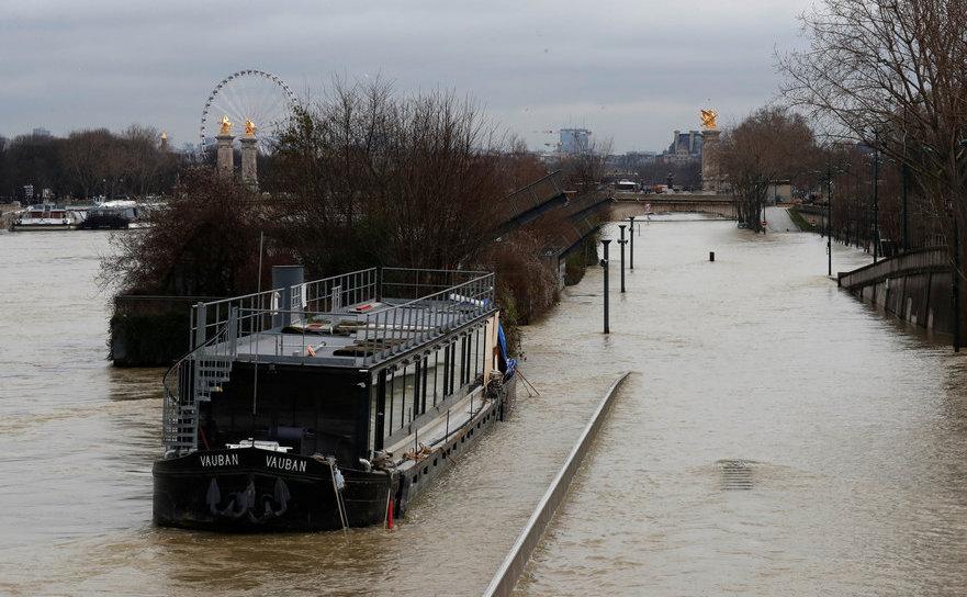 Sena, inundând Parisul