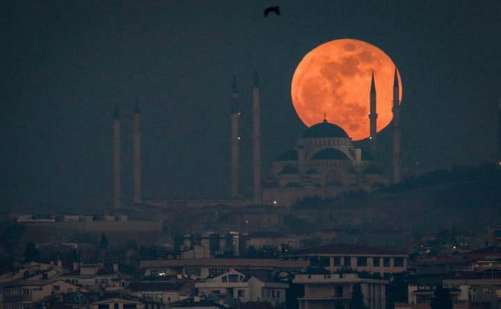 Luna deasupra oraşului Istambul, 31 ianuarie 2017