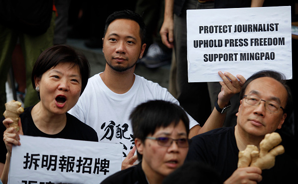 Activiştii din Hong Kong demonstrează pentru libertatea presei în China.