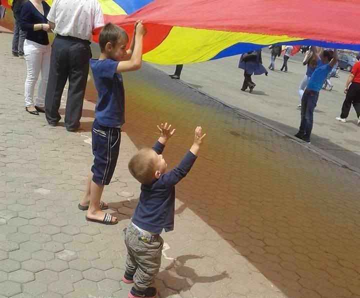 Copii din R. Moldova arborând tricolorul României
