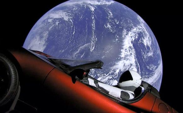 Elon Musk trimite un autovehicul Tesla în spaţiu