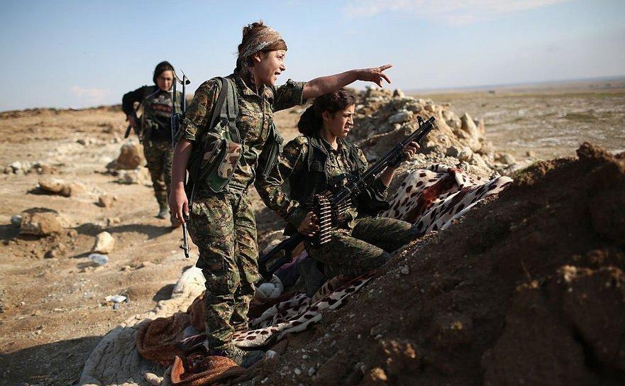 Luptătoare kurde în Raqqa, Siria.