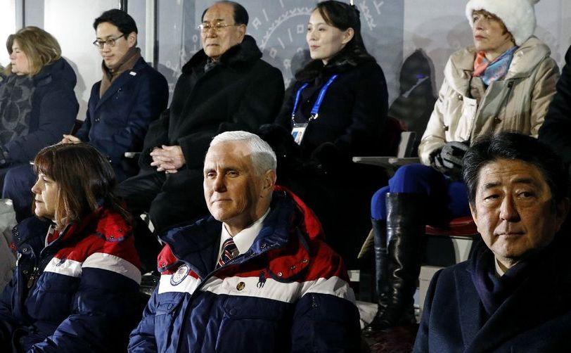 Vicepreşedintele american Mike Pence stă între soţia sa Karen şi premierul nipon Shinzo Abe la deschiderea Jocurilor Olimpice din Pyeongchang, Coreea de Sud, 9 februarie 2018. În spatele lor, în centru, se află Kim Yo-jong, sora dictatorului nord-coreean Kim Jong-un.