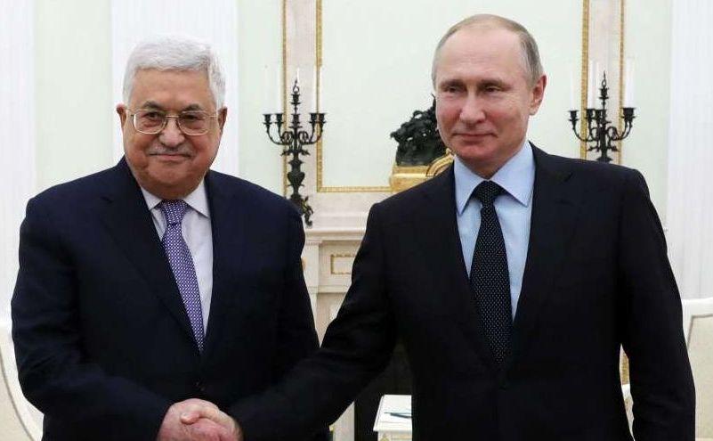 Preşedintele rus Vladimir Putin (dr) dă mâna cu liderul palestinian Mahmud Abbas în timpul întâlnirii lor din Moscova, Rusia, 12 februarie 2018.