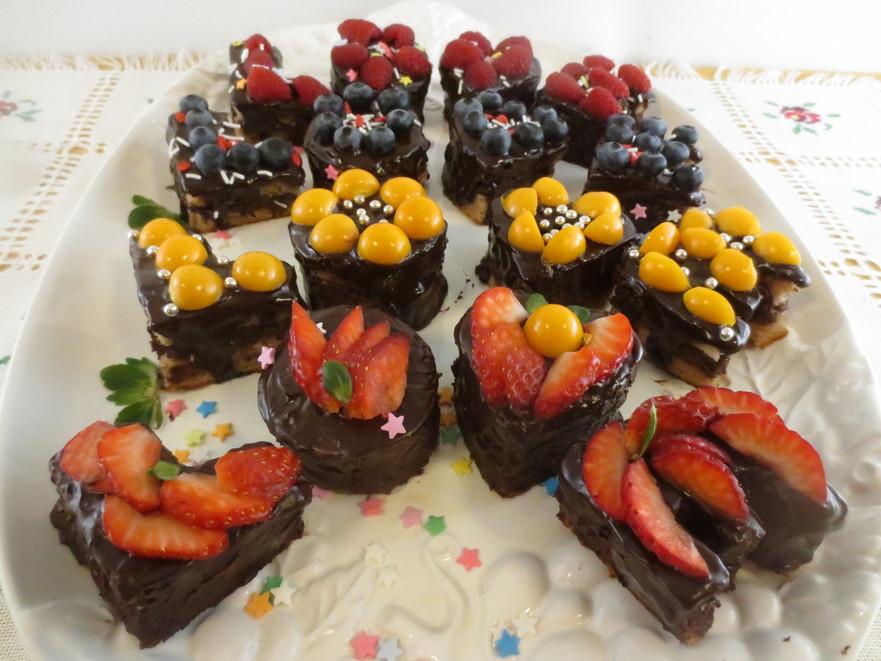 Prăjitură cu fructe de pădure şi ciocolată
