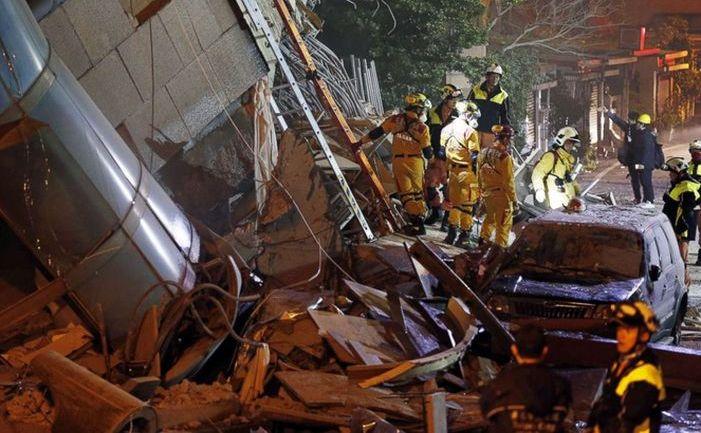 Serviciile de urgenţă caută supravieţuitori într-o clădire prăbuşită în Hualien, estul Taiwanului, după un cutremur care a avut loc în noaptea de 6 februarie 2018.