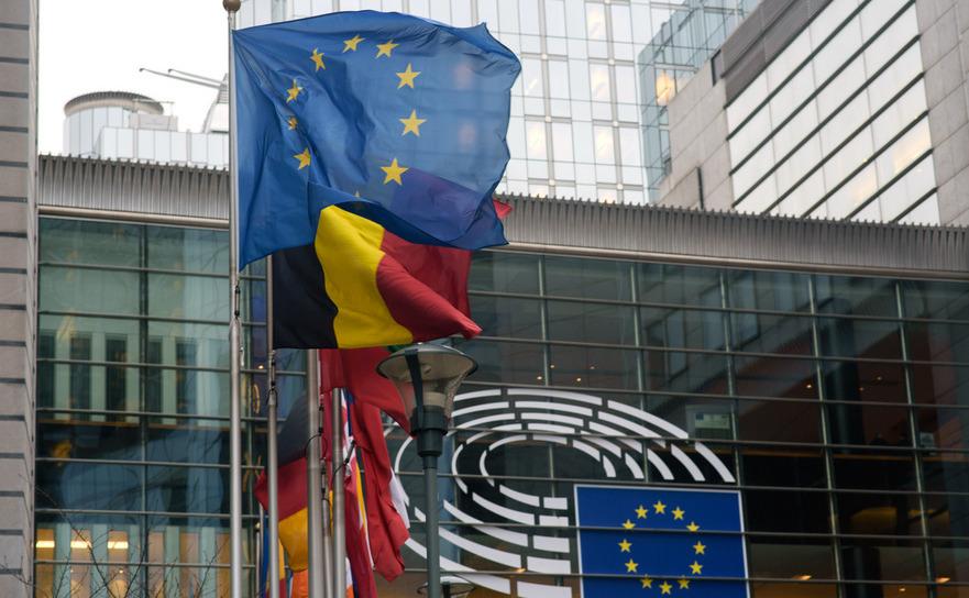 Steagurile Uniunii Europene si ale tarilor membre UE in fata Parlamentului European din Bruxelles