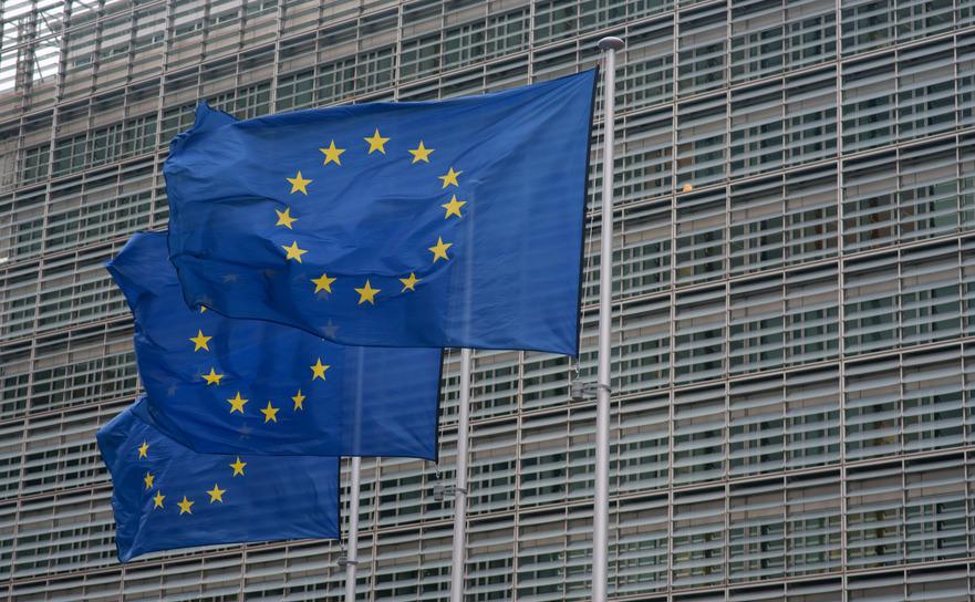 Steaguri ale Uniunii Europene in fata sediului Comisiei Europene din Bruxelles