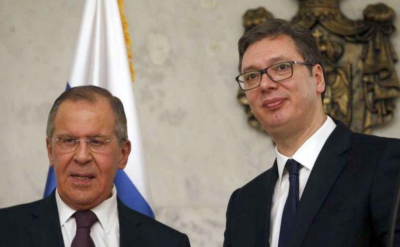 Ministrul rus de externe Serghei Lavrov (st) discută cu preşedintele sârb Aleksandar Vucic în Belgrad, Serbia, 21 februarie 2018.