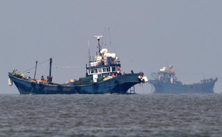 Vase de pescuit aparţinând Chinei în ape internaţionale, lângă Coreea de Sud, 10 iunie 2016