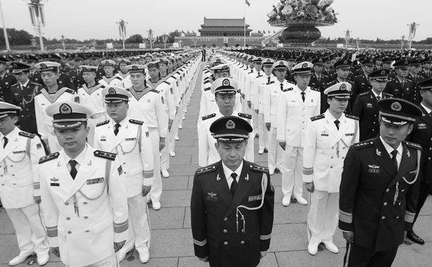 Ofiţeri şi soldaţi chinezistau în Piaţa Tiananmen din Beijing la 30 septembrie 2014. Un sistem de corupţie de lungă durată le-a permis ofiţerilor chinezi să profite de vânzările de pe piaţa neagră datorateîncălcărilor drepturile omului