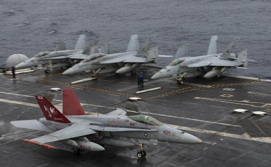 Aparate F-18 pe pista portavionului George H.W. bush