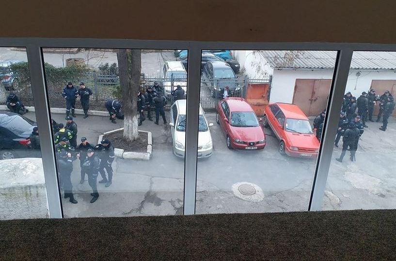 Sediul CEC din R. Moldova înconjurat de poliţişti 12.03.2018