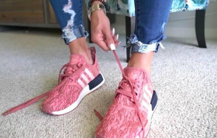 Cum se leagă şireturile de la pantofi cu o mână