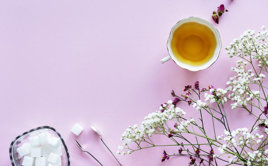 """Ceaiul de iasomie (茉莉花茶 mò lì huā chá) este numit """"parfumul primaverii din China"""" si este un amestec de frunze de ceai si flori de iasomie."""