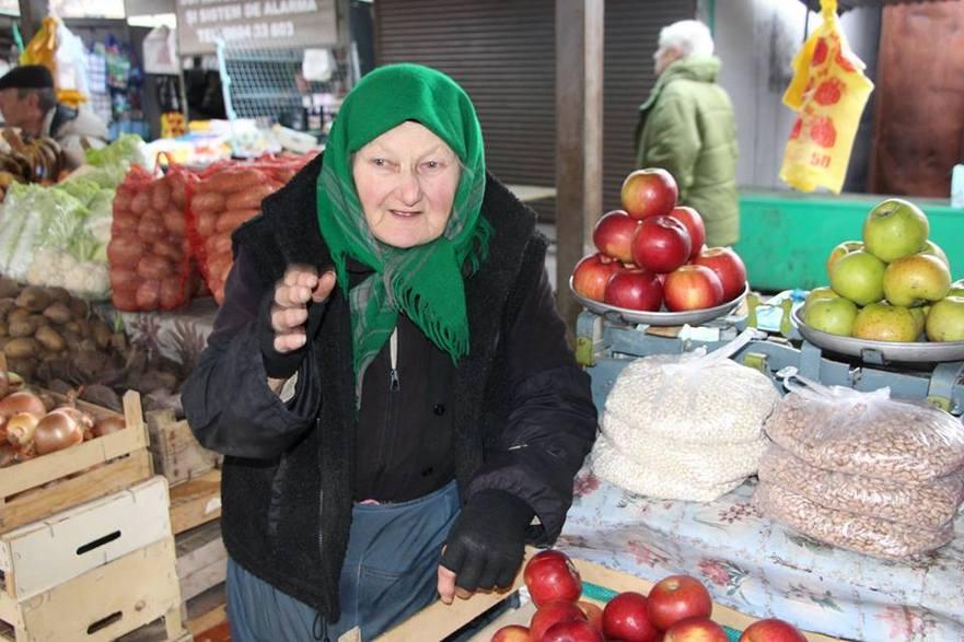 Pensionară din R. Moldova munceşte la piaţă