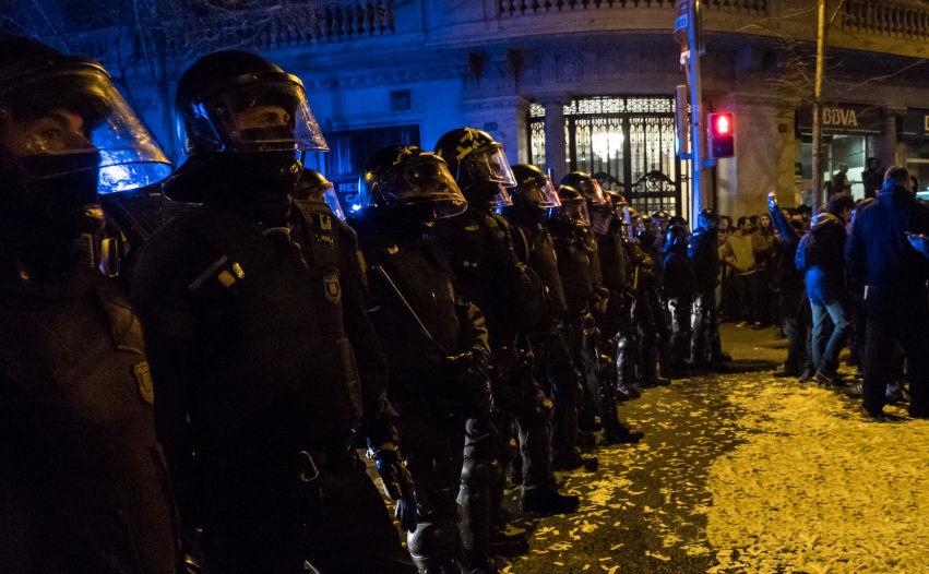 Ciocniri între manifestanţi şi poliţişti în Barcelona, regiunea Catalonia, Spania, 23 martie 2018.