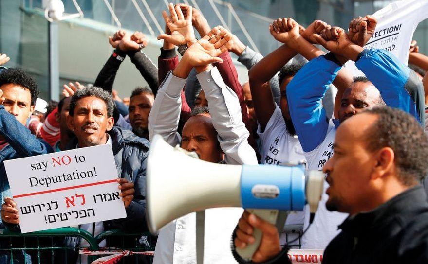 Imigranţi africani protesteaza în oraşul Herzliya împotriva deportării lor din Israel, în ianuarie 2018. Un protest similar a avut loc în 24 martie 2018 în Tel Aviv.