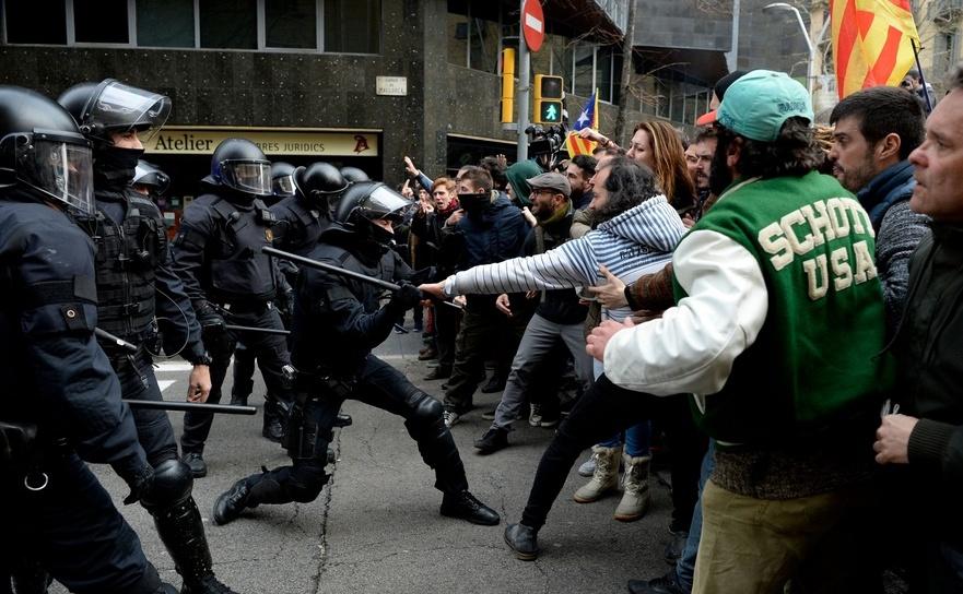 Ciocniri între poliţie şi manifestanţi în Barcelona, Spania, 25 martie 2018.