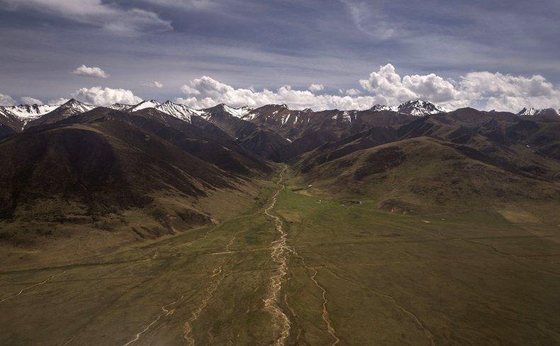 Podişul Tibetan văzut din Prefectura Autonomă Tibetană Yushu, privincia chineză Qinghai, 24 mai 2016.