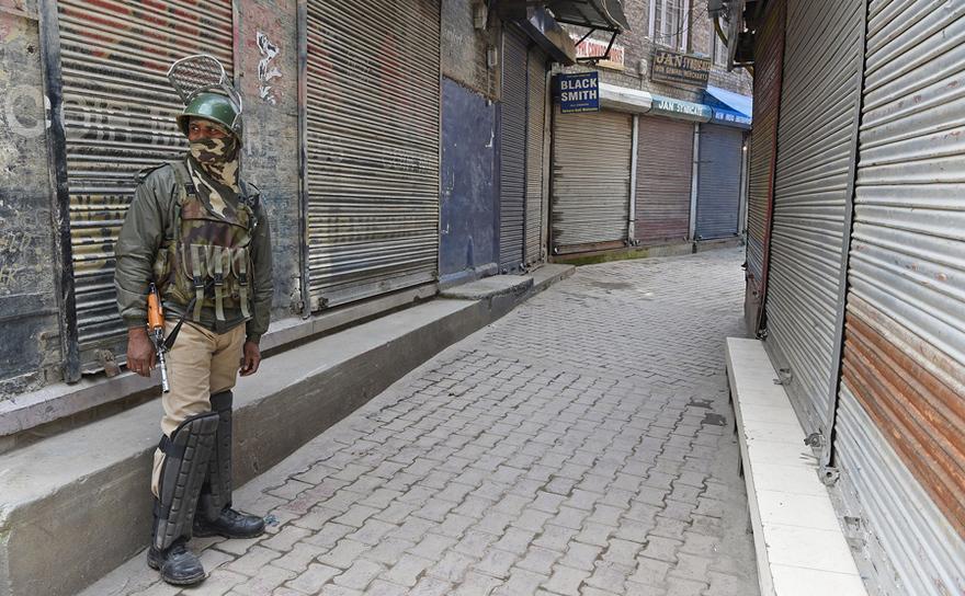 Un membru al forţelor paramilitare indiene stă de pază în Srinagar, India, 2 aprilie 2017.