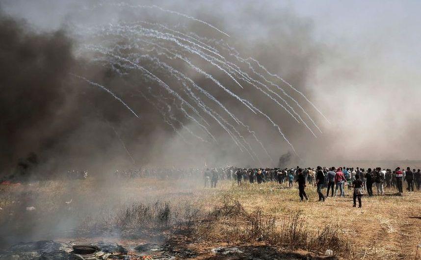 Forţele israeliene folosesc gaze lacrimogene împotriva manifestanţilor palestinieni în timpul unor ciocniri la graniţa dintre Israel şi Fâşia Gaza, 6 aprilie 2018.