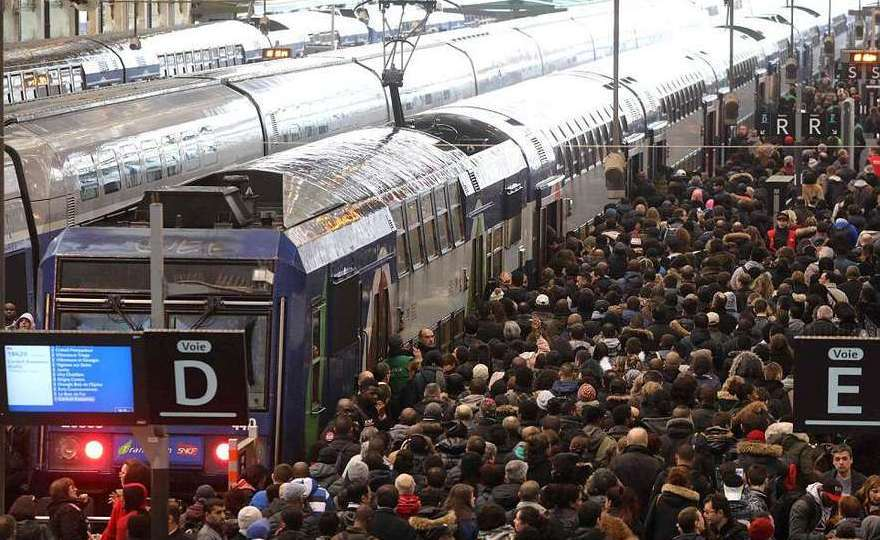 Navetişti în Gare de Lyon, Paris, în timpul unei greve feroviare.