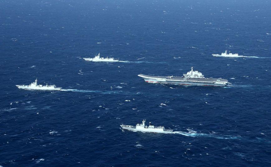 O formaţie a Marinei chineze, incluzând portavionul Liaoning, participă la un exerciţiu maritim în Marea Chinei de Sud în 2017.