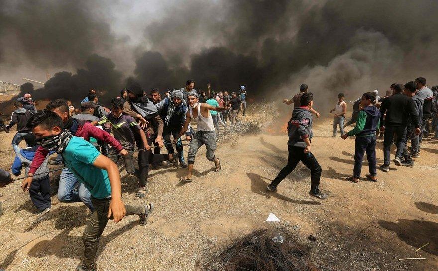 Manifestanţi palestinieni în timpul unui protest la graniţa dintre Israel şi Fâşia Gaza, 13 aprilie 2018.