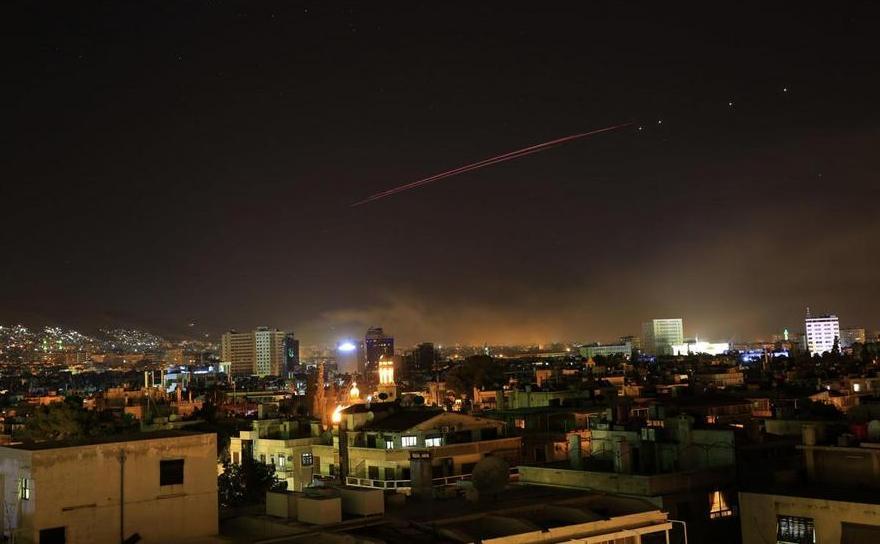 Fum şi foc antiaerian este văzut deasupra capitalei siriene Damasc în 14 aprilie 2018 după ce americanii, britanicii şi francezi au lansat un atac împotriva regimului Assad.