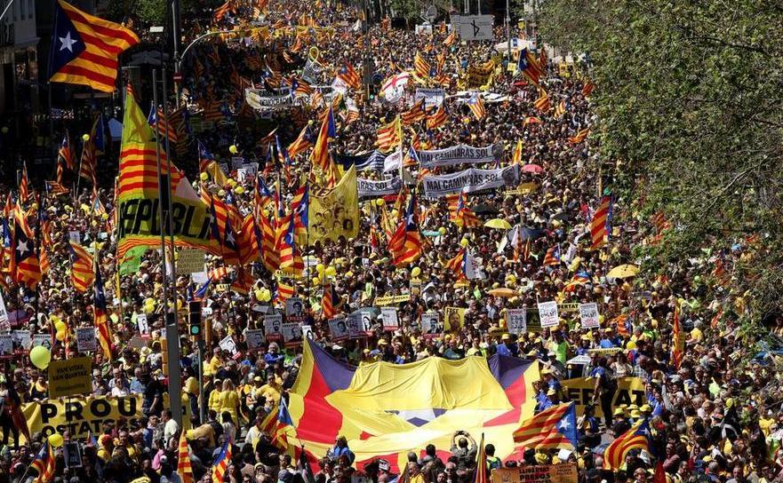 Protest masiv în capitala catalană Barcelona pentru eliberarea din închisoare a liderilor separatişti închişi, 15 aprilie 2018.
