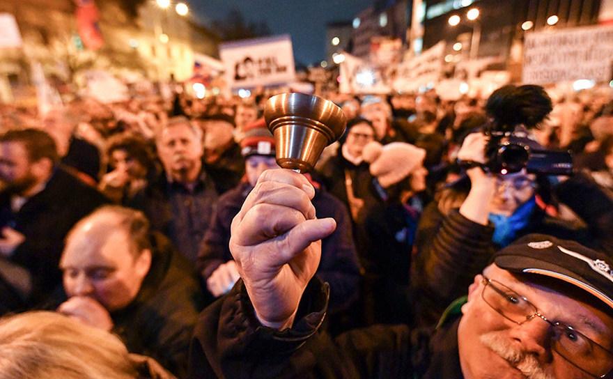 Protest anti-corupţie în Bratislava în martie 2018, declanşat de uciderea unui jurnalist de investigaţie. Un protest similar a avut loc în 15 aprilie 2018, manifestanţii cerând demisia şefului poliţiei naţionale şi alegeri anticipate.