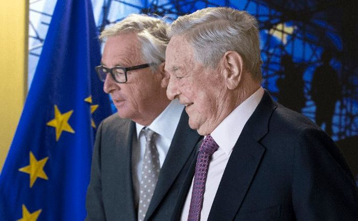 Preşedintele Comisiei Europene, Jean-Claude Juncker (st) şi miliardarul ungaro-american George Soros.