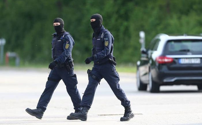 Doi poliţişti sunt văzuţi la intrarea unui centru pentru refugiaţi în oraşul Ellwangen, landul german Baden-Württemberg, 3 mai 2018.
